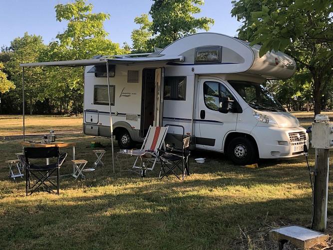 moncoutant-domaine-de-la-sabliere-aire-de-camping-car1