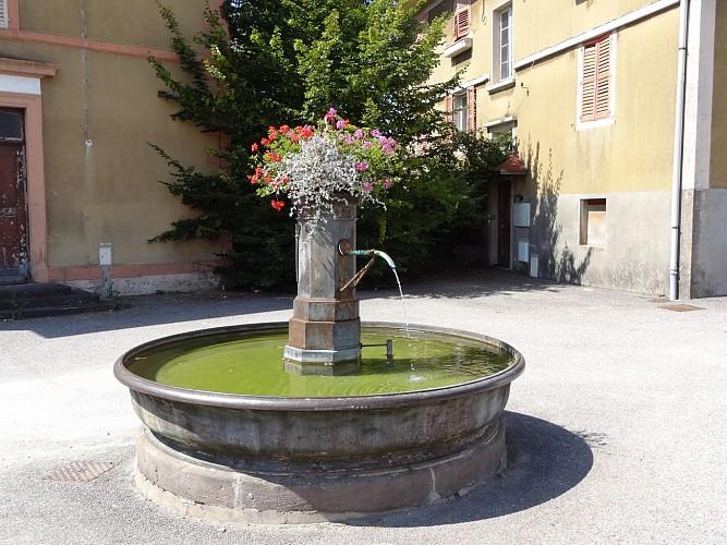 Fontaine devant la papeterie du Grand Meix