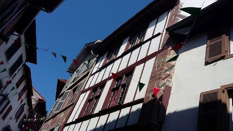 gite-Ultreia-Vertes-Montagnes-fetes-d-aout-vue-rue-citadelle-Saint-Jean-Pied-de-Port-Pays-Basque