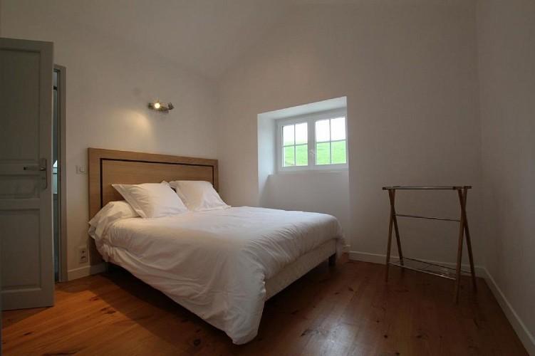 Maison Erdois chambre lit double blanc - Gamarthe