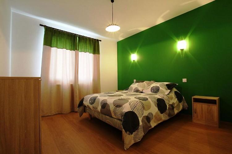 Maison Erramouspe chambre lit double verte - Ascarat