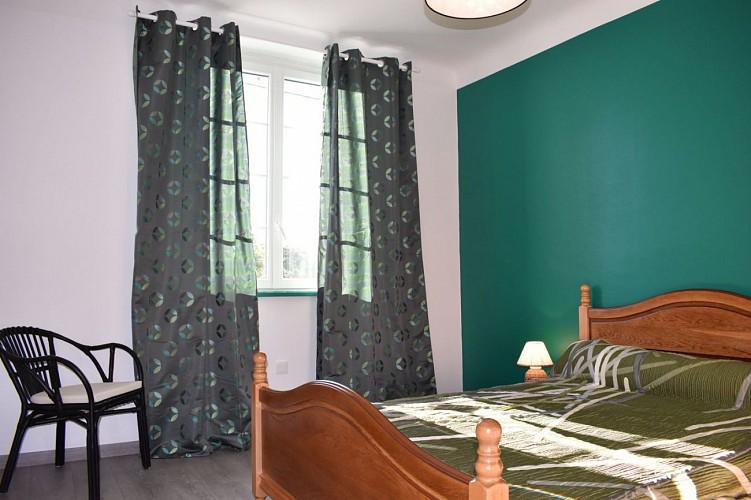 Maison mitoyenne Arradoy chambre lit double vert - Irouleguy