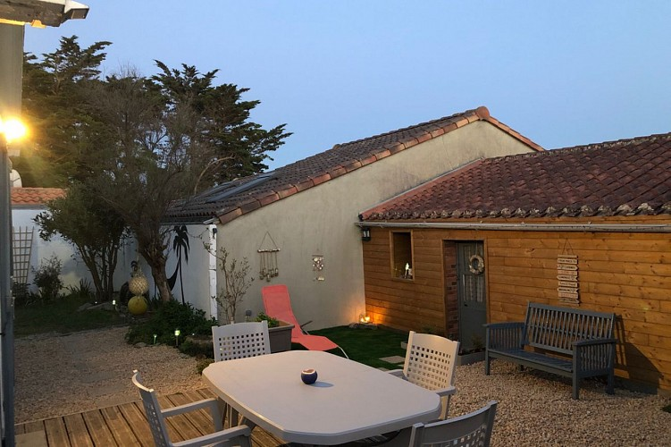 Maison 5 personnes 60m2, à 100M de la PLAGE de SION, jardin clos avec terrasse. TOUT à PIED.