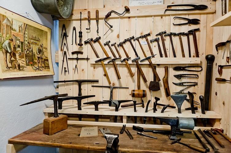 Les outils d'autrefois, la boite aux souvenirs