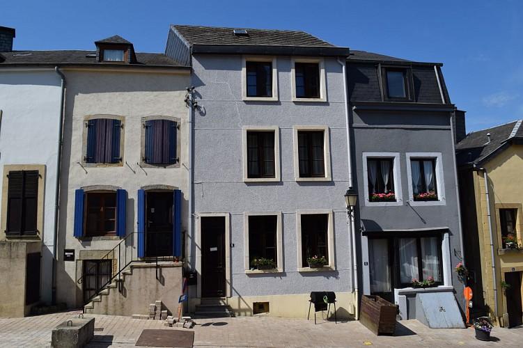 Ensemble de trois maisons