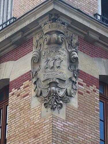 Blason sculpté sur l'école Télécom Paris