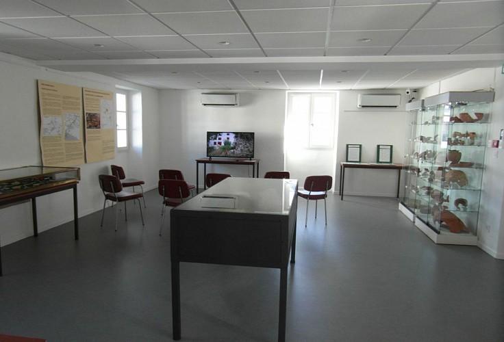 Musée du Camp Romain Usakoa - salle avec vidéo - Saint Jean le Vieux