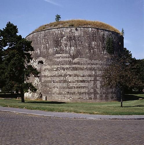 La tour d'enceinte dite « tour Henri VIII »