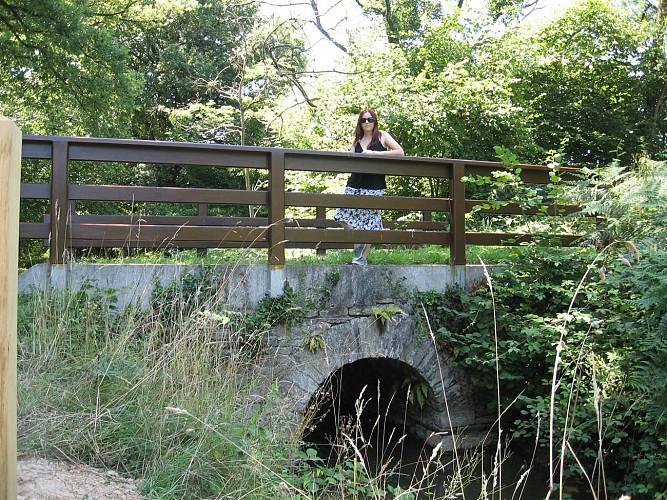 Parking et pont de pierre