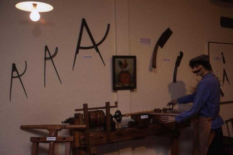 Maisons-les-Chaource: Musée de la tonnellerie et des poupées d'antan