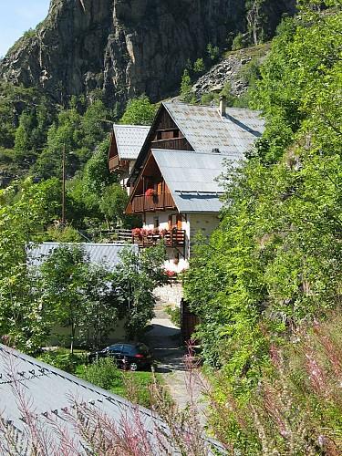 Départ en montant dans le hameau du Roure en direction du Puy.