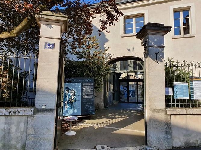 Exterieur-CERCIL--Orleans-Val-de-Loire-Tourisme