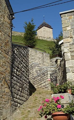 Donjon de Montuy et plaine de jeux