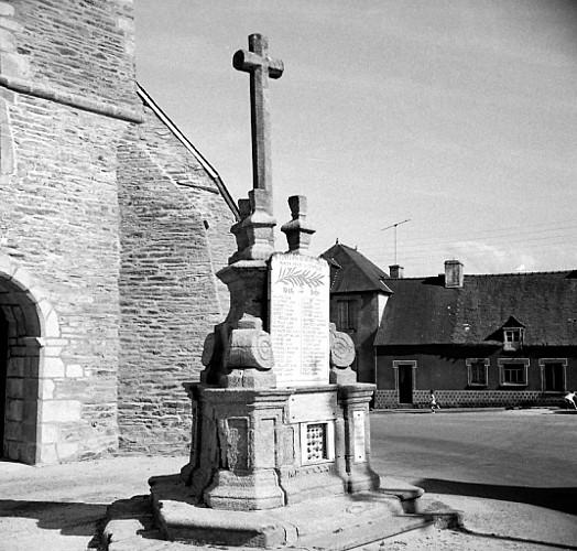 Eglise de Saint-Thélo et sa croix monumentale