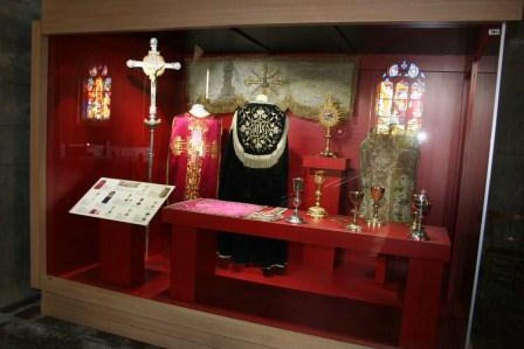 Vitrine de vêtements liturgiques