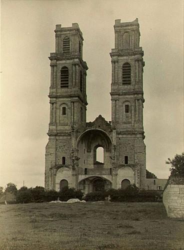 14 - Tours ruinées de l'abbatiale de Mont-Saint-Eloi