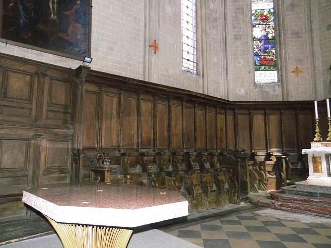 Les stalles, les grilles en fer forgé, le maître-autel, l'orgue
