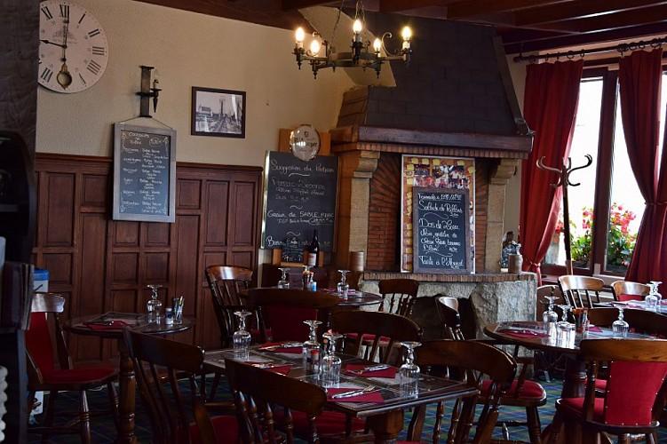 Castle-Tavern-salle-cheminee