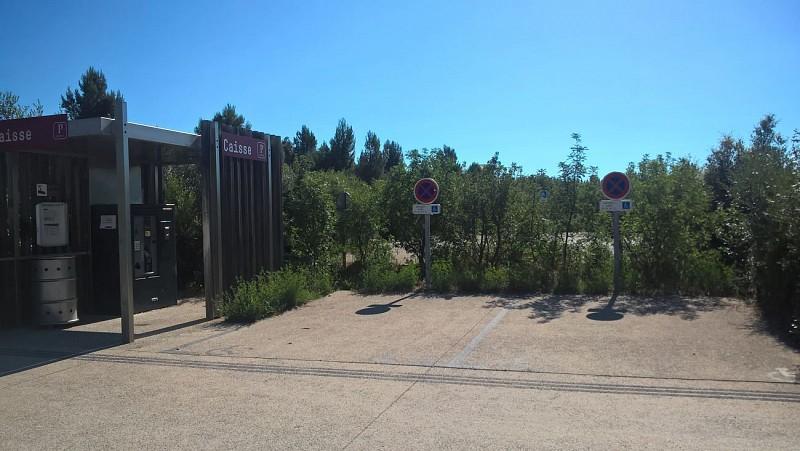 Garez-vous sur le parking payant (en période estivale) du pont du Diable sur l'une des 9 places PMR parmi les 450 places de stationnement possible