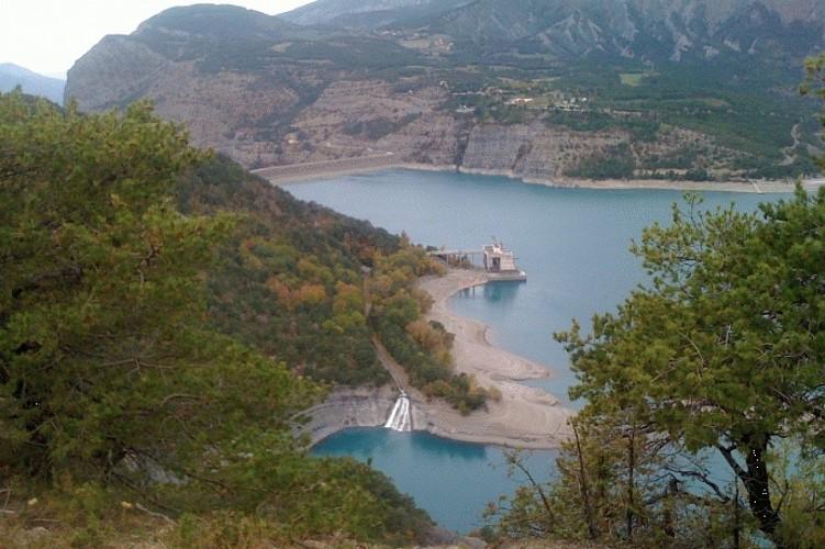 Point de vu sur le lac et le barrage