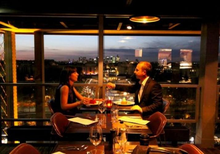 Soirée 100% Romantique : Dîner à la Tour Eiffel, croisière illuminée sur Seine et spectacle Moulin Rouge