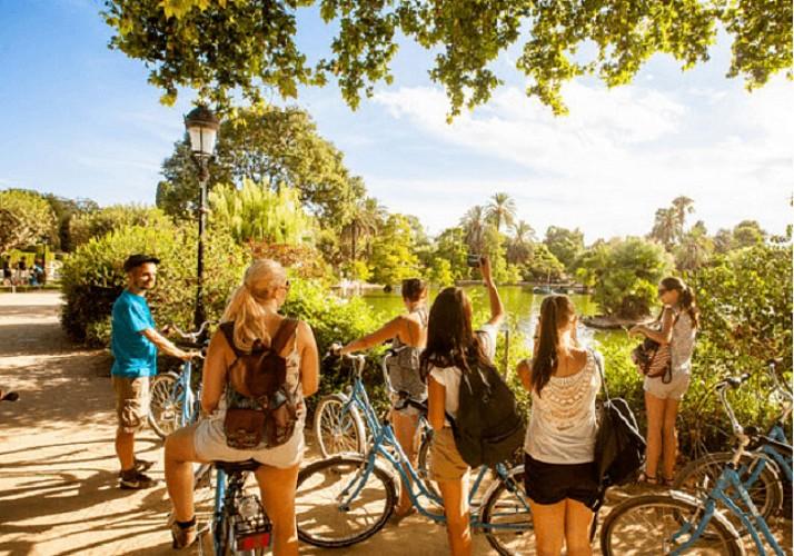 Tour guidé à vélo en français dans la Barcelone historique et artistique