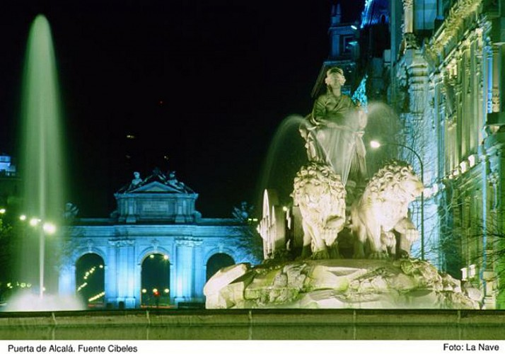 Tour nocturne de Madrid en bus touristique et dîner au « Café de la Ópera »