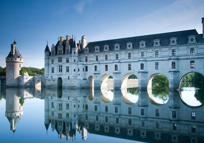 Minibus Excursion to the Azay-le-Rideau, Chenonceau, and Chambord Châteaux and Visit to the Villandry Gardens – Leaving from Tours
