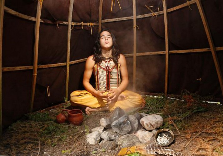 """Immersion in Native American Culture at the """"Onhoüa Chetek8e"""" Traditional Huron Site: Canoeing, archery and traditional meal in Quebec"""