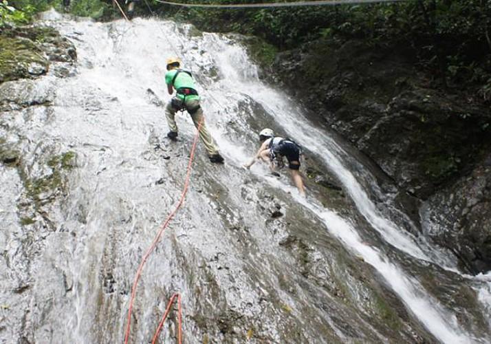 Escalade d'une cascade et aventures dans la forêt - Sur la côte Pacifique