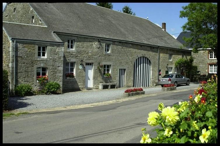 Ancienne ferme en long et moellons calcaire (rue des combattants, 30-32)