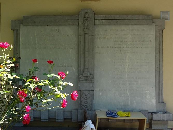 Plaques commémoratives et point-de-vue du boulevard Ernest Solvay