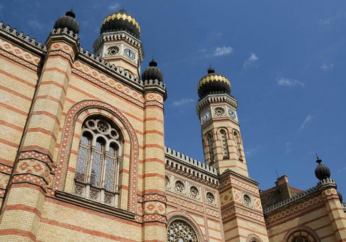 Guided Tour of Budapest's Jewish Quarter and Tasting of Hungarian Specialties