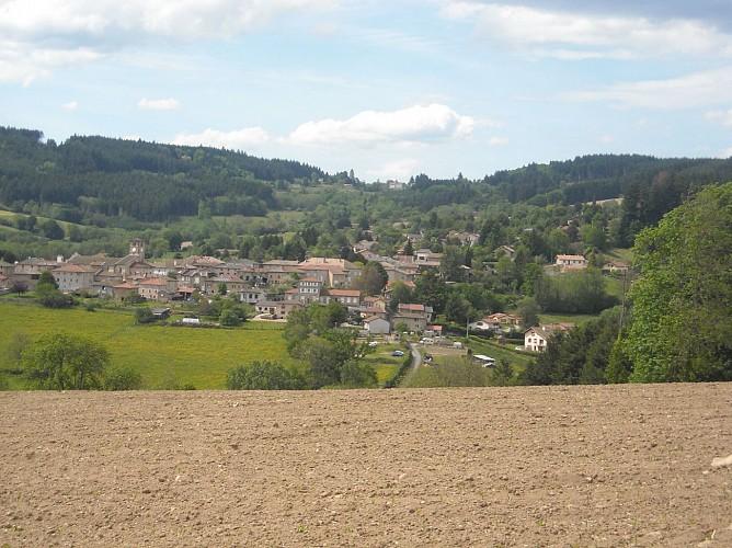 Vue sur le village et le col des Echarmeaux + Roche d'Ajoux