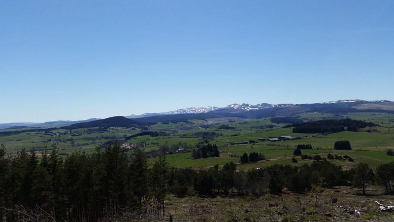 Vue sur la Chaîne des Puys et les  Monts Dore