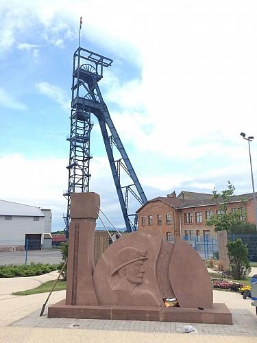 Mémorial des Mineurs et chevalement Théodore