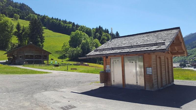 Toilettes publiques ferme de la nature