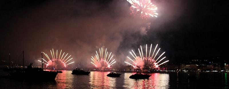 Feux d'artifice en bateau dans la baie de Cannes