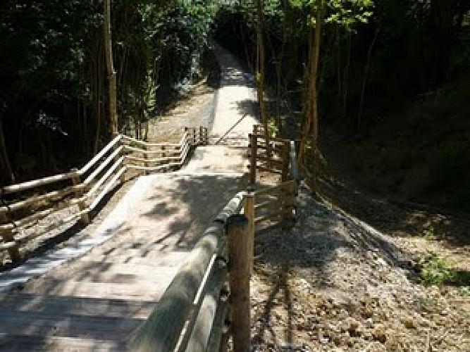 Parking de Bellemare. Attention, un escalier accède à la voie verte (Aménagement pour vélo).