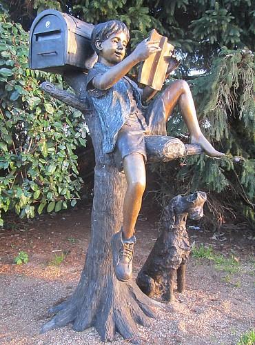 l'AbBALmôme, la mascotte de l'association SMAdemain s'est installé sur la place du village