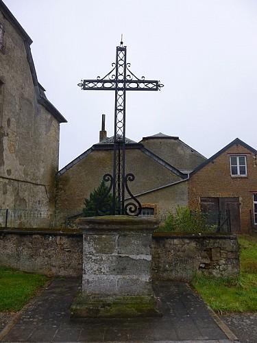Croix jouxtant la ferme-château