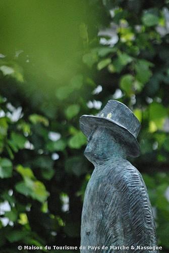 Marche-en-Famenne - Sculpture 'Loin' de Jean-Michel Folon