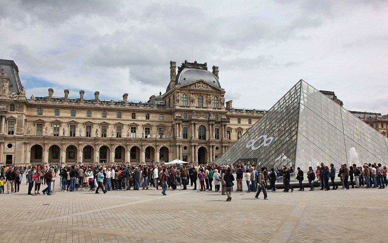 Extended Louvre Masterpieces & Royal Palace Group Tour