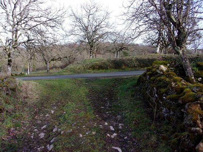 à droite direction le village.
