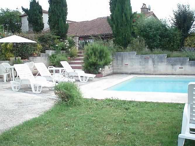 Gîte à Basile 47150 monségur - vue sur la maison depuis la piscine [800x600]