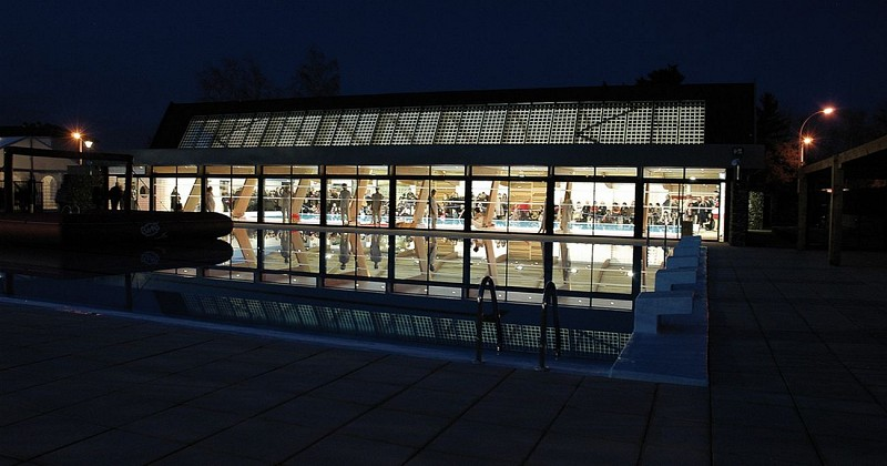Piscine municipale - Billère - Façade extérieure de nuit