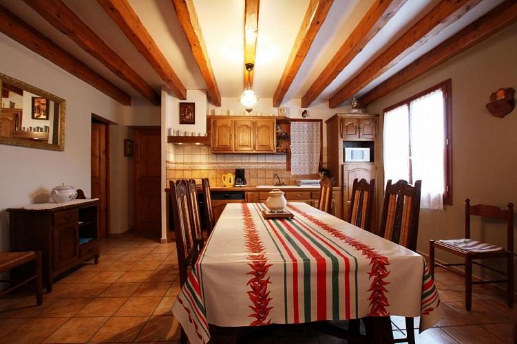 Maison Azcona salle a manger et cuisine - St Etienne de Baigorry