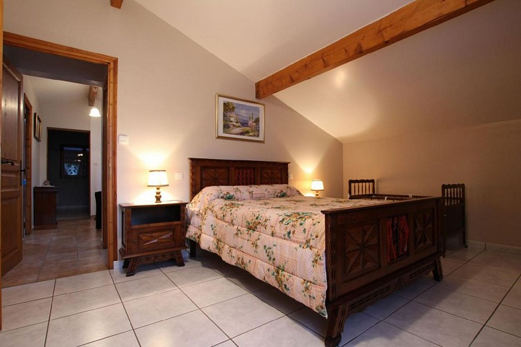 Maison Azcona chambre lit double cadre bois - St Etienne de Baigorry
