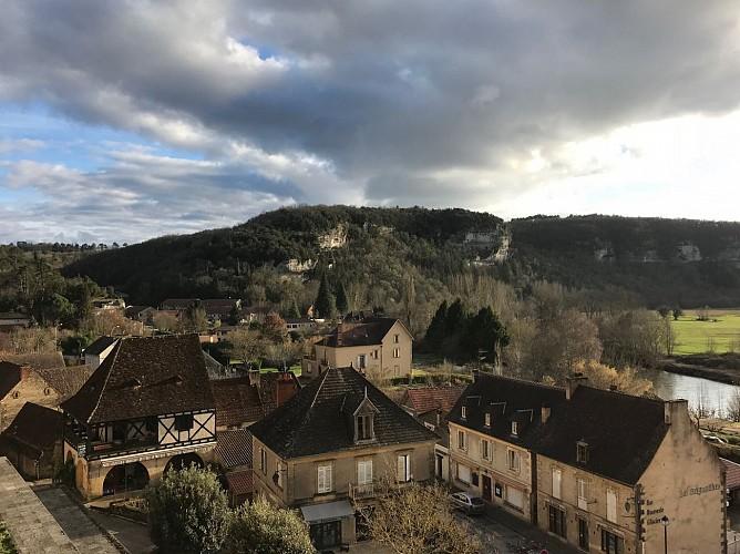 Vue-Eyzies-de-la-terrasse-di-Musee--A