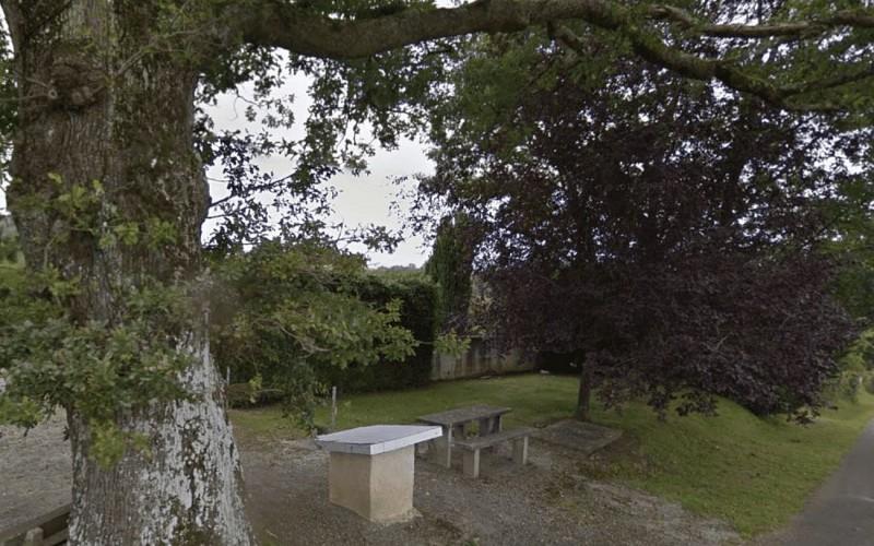 Aire-de-pique-nique-Haut-de-Bosdarros--google-map-street-view-2014-libre-de-droits
